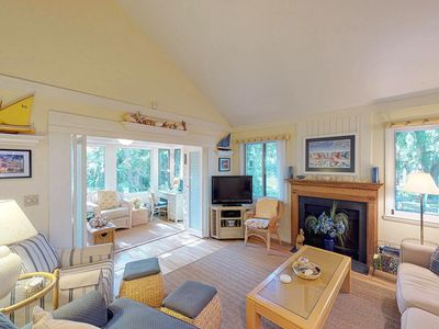 Photo for Cozy cottage w/screened porch, deck & views-near golf & beach