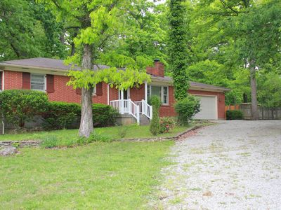 Pin Oak Guest House on quiet wooded lot with Swimming Pool