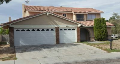 Photo for 4 bedroom 2.5 bath. Close to airport and the strip. Sleeps 10 easy.