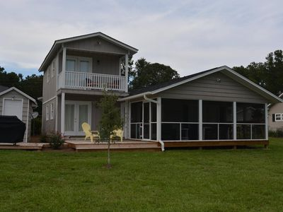 Beautiful Lakefront Home, Sleeps 10-12, Comfy with Great Porch