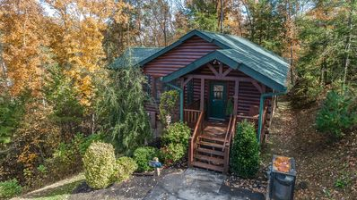 Immaculate Gatlinburg Cabin in Ideal Location - Private/Romantic/WiFi/Hot Tub