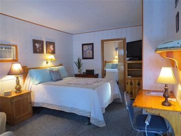 Bed & Breakfast: Pines Motel - Room 11 (Two Queens with Kitchenette)