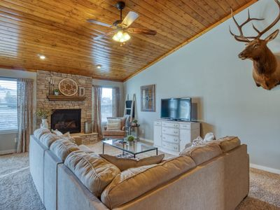 GORGEOUS MOUNTAIN AND PIKES PEAK VIEWS, MINUTES FROM AFA AND LOCAL ATTRACTIONS