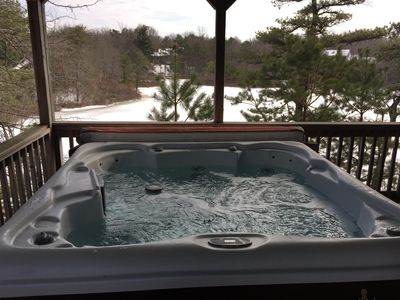 Hot tub overlooking lake - OPEN YEAR ROUND!