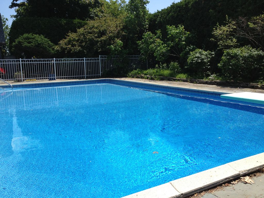 Family friendly, Beautiful Berkshire home With Patio and Pool