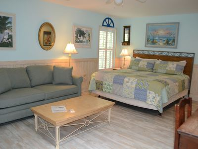 High Life on IOP, 1 blk to beach, onsite pool, dog friendly.