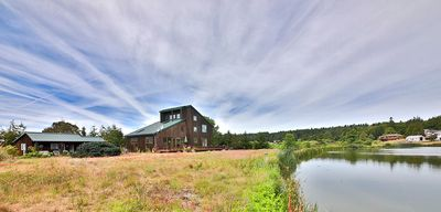Lakefront cottage sleeps 2-3 people and close access to the beach too!(274)