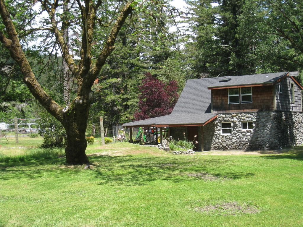 The chetco river inn cottage private river frontage 36 for Chetco river resort cabins brookings oregon