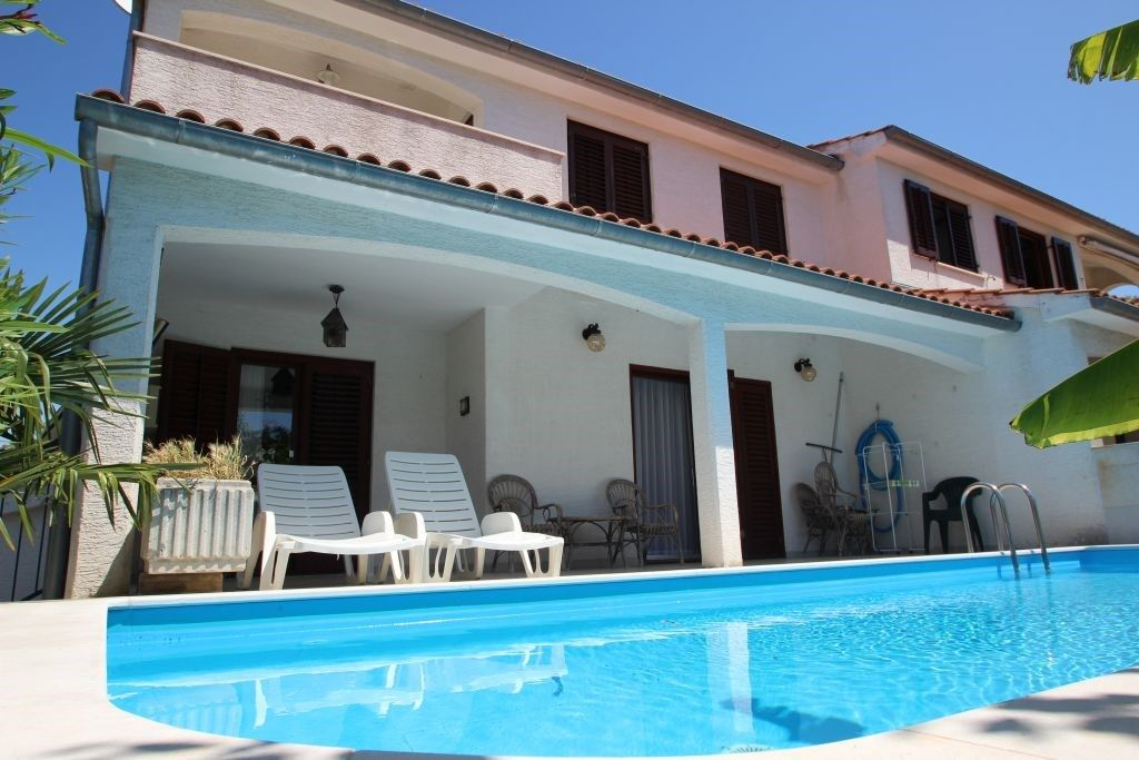 Holiday House With Swimming Pool Homeaway Vrvari