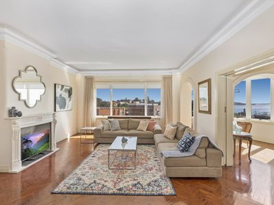 Photo for Luxury art deco apt with Sweeping Harbour views