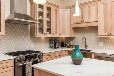 Updated Fully Equipped Kitchen With Dishes/Glasses/Cookware/ Keurig