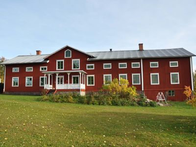 Large wooden castle in Hälsingland in the quiet countryside, 700 m from the lake.