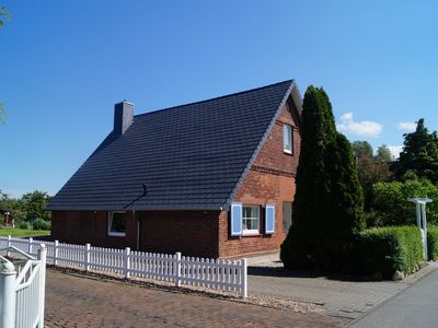 Photo for Am Elbdeich: close to the beach, enchanting restored farmhouse chats for relaxing Wi-Fi