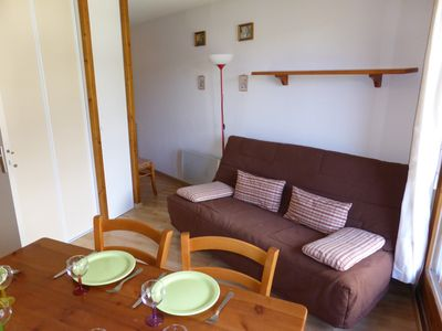 Sit back and relax in the cozy living area after a day on the pistes.