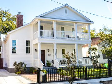 Stay downtown! Great Reviews! New Home!  Historic Neighborhood!