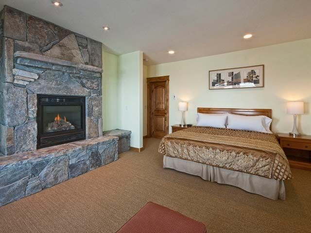 7 master bedrooms 10 bathrooms panoramic views hot tub sauna steam room tahoe donner Jacuzzi tub in master bedroom