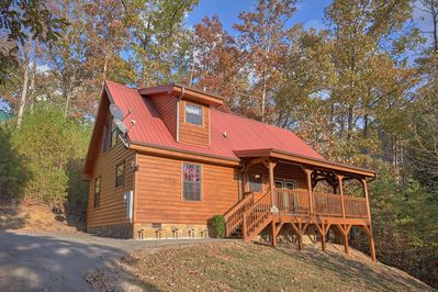 Wet Bear Paws - This beautiful Tennessee cabin sits on a one acre lot so you don't have to worry about the resort setting when you vacation at this luxury vacation rental!