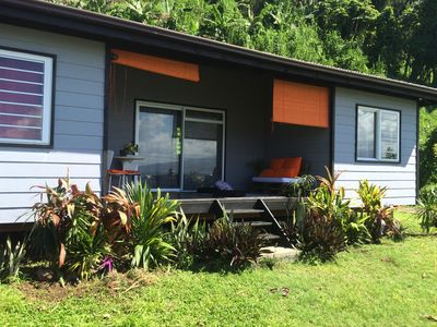 Contemporary 2 bedroom bungalow between sea and mountain.