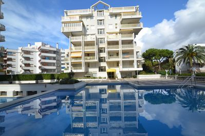 Residence with 2 surveyed swimming pools, facing a very pleasant bar-restaurant.