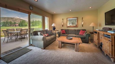 Cozy Condo - Hot Tub - WiFi & Cable - Golf Course Front - Free Bus Route