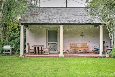 Situated on 5 acres of historic land, the guest home hosts 3 adults and 1 child.