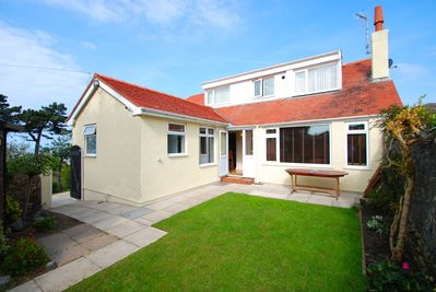 Plas Arfon Cottage, safe enclosed garden with private parking & easy access.
