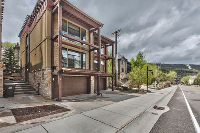 Park City Ultimate Loft - 3,300 Sq Ft Home with 3 Master Suites, Roof-Top Terrace with Hot Tub - On Free Bus Route
