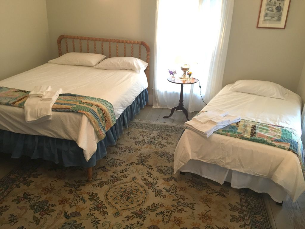 Guest room wifi kitchen double and homeaway keene for Keene valley cabin rentals
