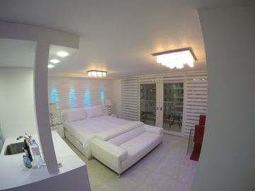 NEW - LUXURIOUS MODERN STUDIO - STEPS TO THE BEACH, RESTAURANTS AND HOTELS