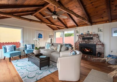 ~  - Vintage Pacific Grove oceanfront cottage, beautifully restored. All new furnishings with a charming seashore theme.
