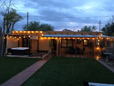 Midtown Festive Adobe Getaway, Hot Tub, Outdoor Shower, BBQ, Horseshoes