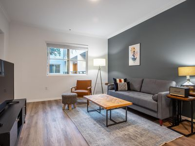 Crisp Hollywood 1BR, Gym + Pool near Chinese Theater, by Blueground