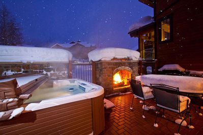 Private Courtyard with Hot Tub & Fireplace!