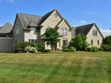 Spacious Elegance, High-End Retreat 7 miles from Big House & TESLA Charger