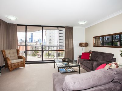 Photo for One Bedroom Spacious Unit, Parking, Wifi, Pool, Gym, Walk to Train & Southbank
