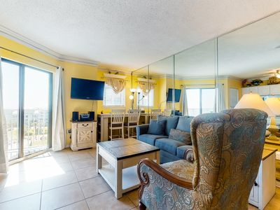 Photo for Condo w/shared pools/hot tub, tennis courts & on-site gym