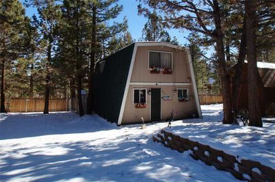 Snow covered Big Bear Cool Cabins, Sleepy Cat front