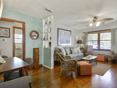Bailey's Bungalow: Heart of Galveston, Short Walk to Beach. FREE ATTRACTIONS!