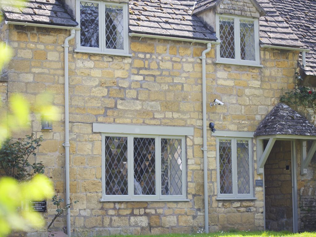 cotswolds hot derby with exterior tubs near ref rent derbyshire broomhills cottages to tub the melbourne in