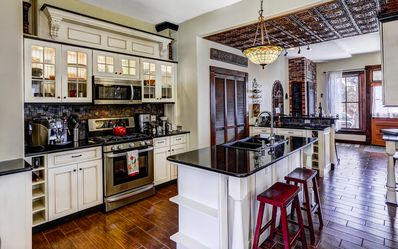 Gourmet kitchen: ideal for demonstrating culinary talents or just hang out
