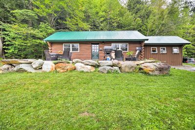 This cabin for 6 is ideally located in Jeffersonville.