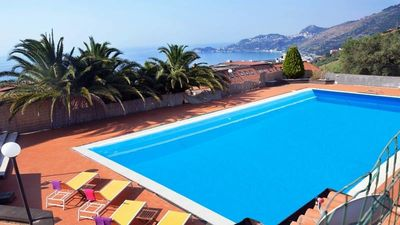 Our private pool say to you a warm welcome !!