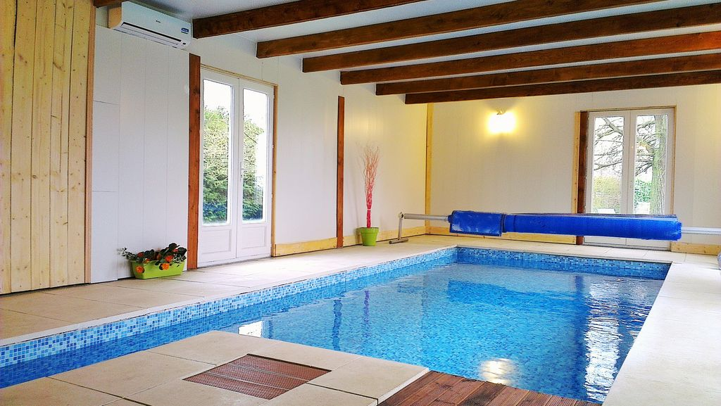 Maison normande avec piscine int rieure cha homelidays for Piscine couverte normandie