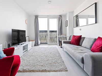Photo for Stylish, Vibrant 1 Bed w/ Views of River Thames