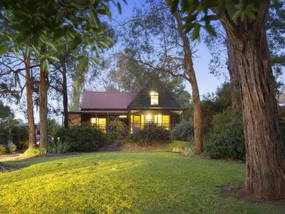 Photo for Walk to cafes, vineyards, Red Hill Market, full ac, fireplace, wifi, linen, woo