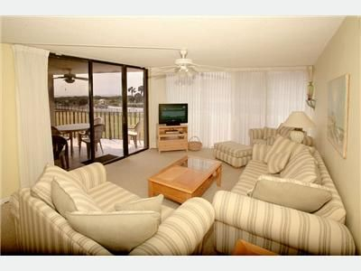 Enjoy the beach / ocean view with loved ones and friends in Living Rm