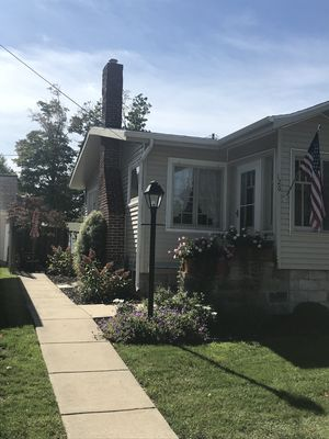 Charming Bungalow Superior Street, Only 2 Blocks To Beach & Town