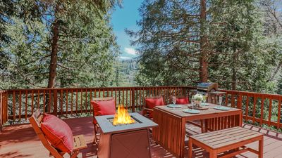 Outdoor dining and fire pit at La Petit Cottage. - Outdoor dining and fire pit at La Petit Cottage.