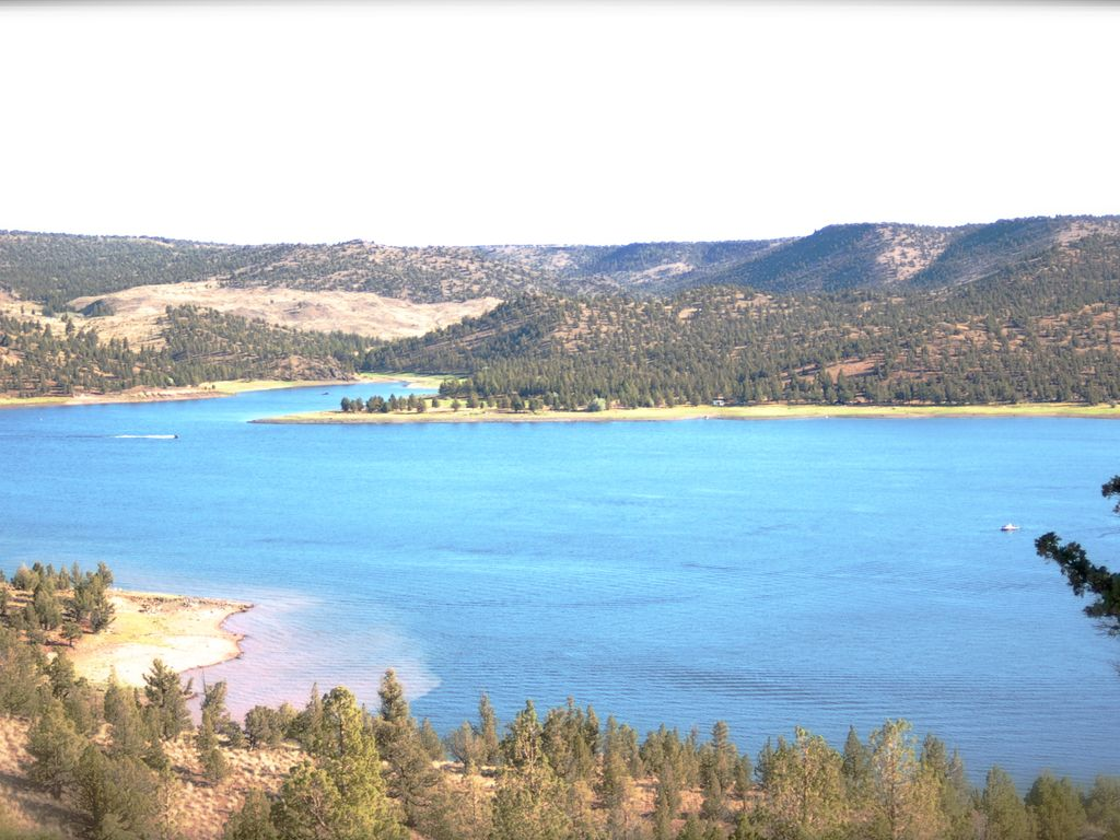 Gorgeous views from this prineville reservoir retreat for Prineville reservoir fishing