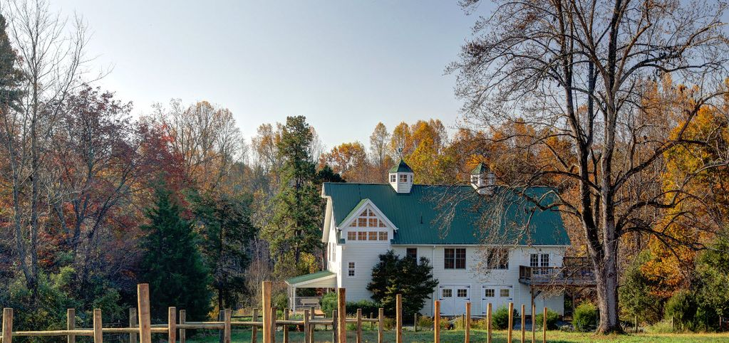 Beautiful and historic charlottesville vine homeaway for Charlottesville cabin rentals hot tub